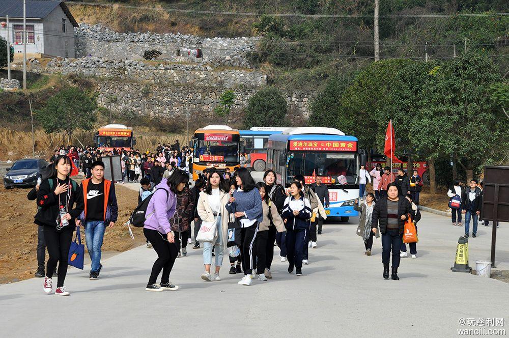 慈利四中400余名师生赴张家界(朝阳)地缝景区开展拓展活动